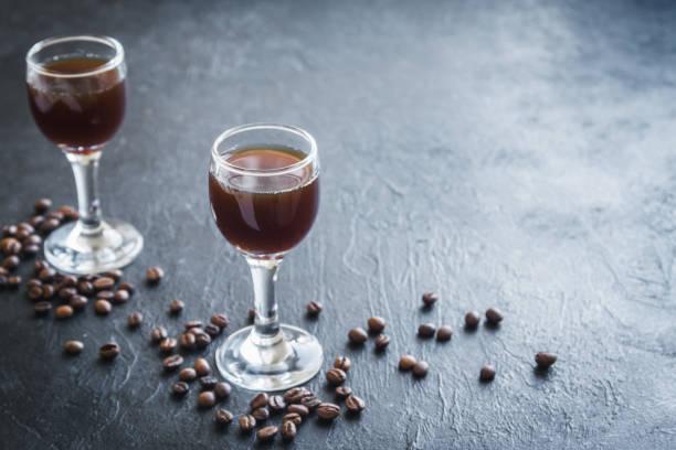 kaffee-likör - schokolikör stock-fotos und bilder