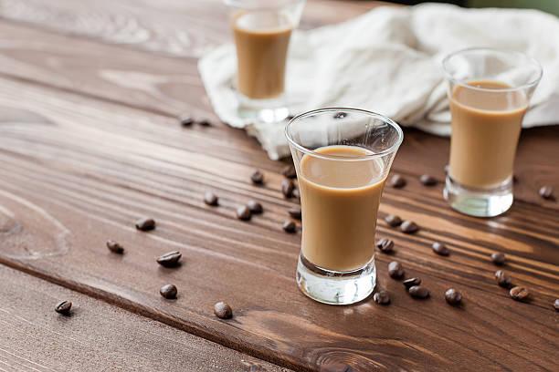 irish coffee mit kaffeebohnen - schokolikör stock-fotos und bilder
