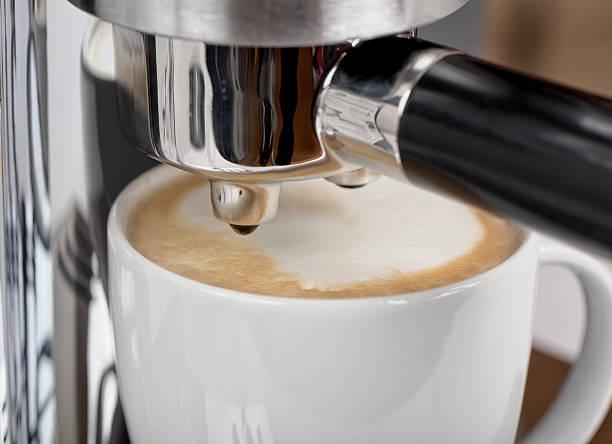 dettaglio di una macchina da caffè - argento metallo caffettiera foto e immagini stock