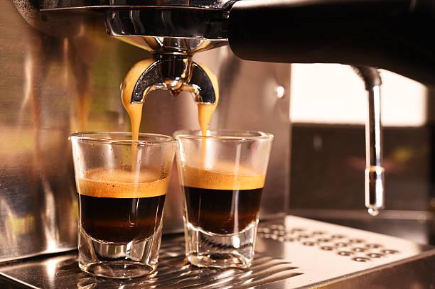 kaffeemaschine eine tasse kaffee zubereiten - espresso stock-fotos und bilder