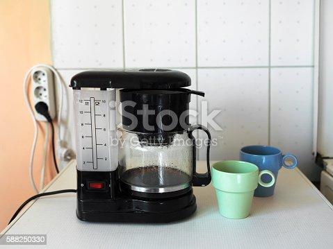 istock Coffee Maker And Mugs 588250330