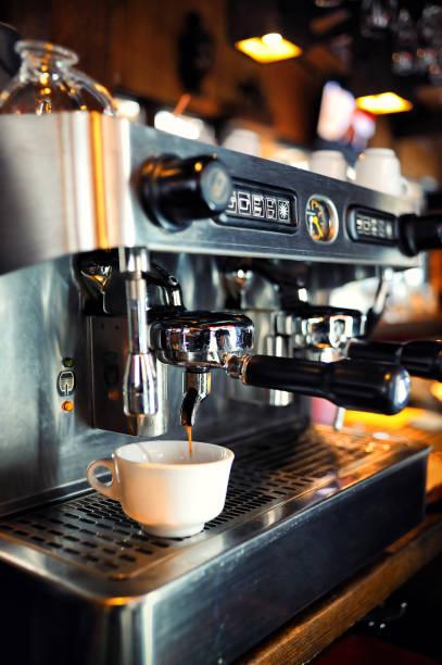 macchina per il caffè in un ristorante - argento metallo caffettiera foto e immagini stock