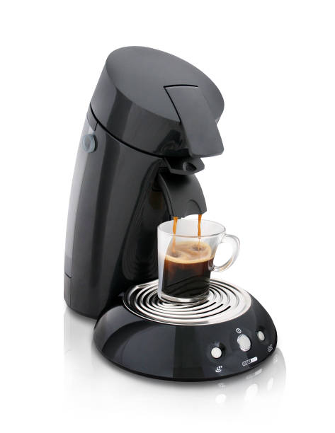 kaffeemaschine mit vollen glas kaffee - mokkatassen stock-fotos und bilder