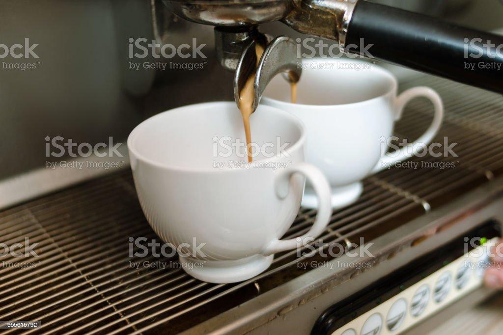 Photo Café Verser Droit Faire Tasses De Libre À Dose Machine XTlOwZiPku
