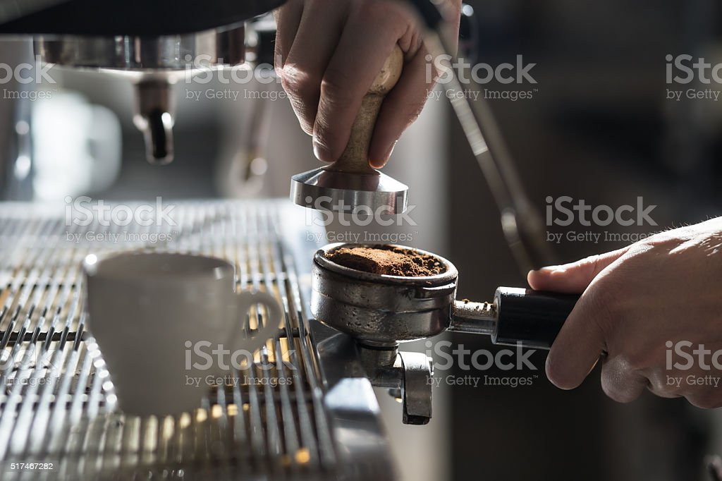 Café decisiones;  taza de café Espresso y una cafetera; - foto de stock