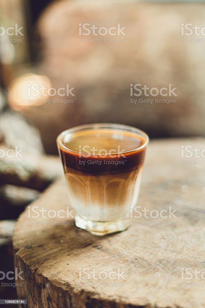 Kaffee mit Milch in ein Glas Morgenlicht gemischt – Foto