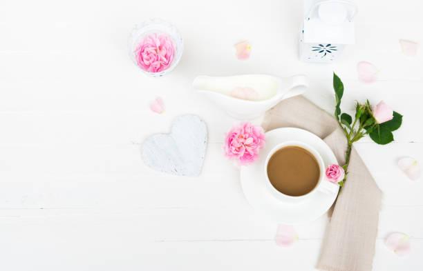 Kaffee-Haferl, Milch, rosa Rosen Blüten, Rosenblätter, Herz auf weißer Holztisch. Happy Valentinstag, Muttertag, Frauen Tag, Hochzeit, alles Gute zum Geburtstag, Liebe Hintergrund oder guten Morgen Konzept – Foto