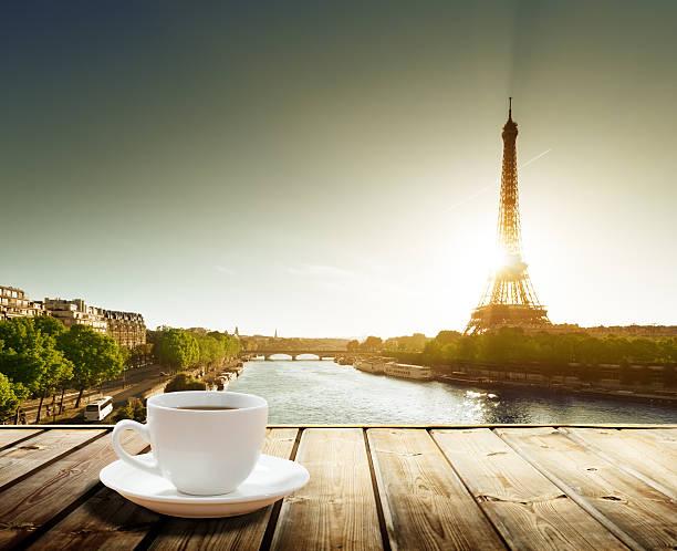 kaffee am tisch und eiffel-turm in paris - französische land tisch stock-fotos und bilder
