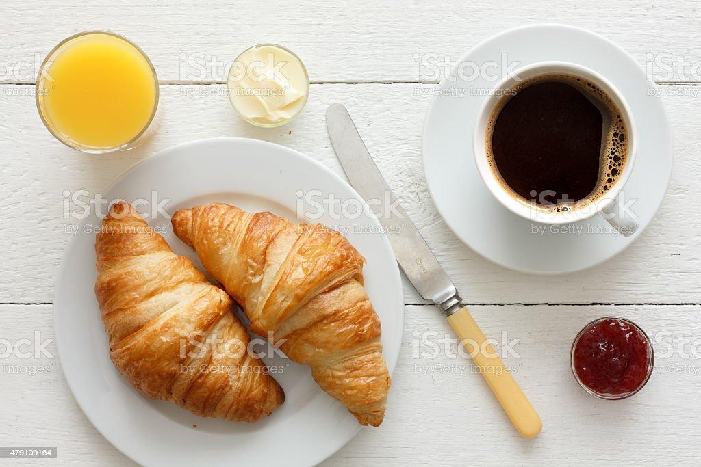 Caffè, succo d'arancia e croissant la prima colazione. Dall'alto. - foto stock