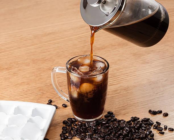 kaffee auf eis - hausgemachter eiskaffee stock-fotos und bilder