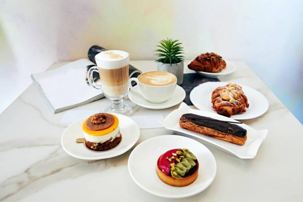 kaffee, konditorei top-ansicht. leckerer kuchen - schokolade gebratene kuchen stock-fotos und bilder