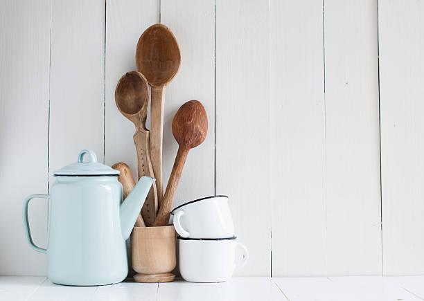 """kaffeekanne, tassen und emaille in rustikalen restaurant """"spoons"""" - landhausstil küche stock-fotos und bilder"""