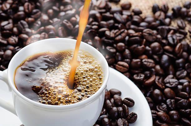 커피 주둥이-컵 - 따르기 뉴스 사진 이미지