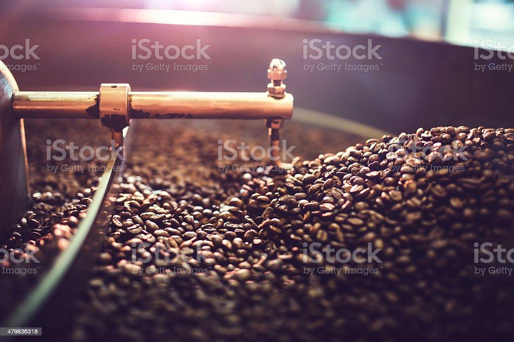 回転ロースター冷却バッチのコーヒー豆 ストックフォト