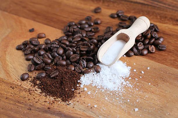 kaffee, salz-peeling für den körper - kaffeepeeling stock-fotos und bilder