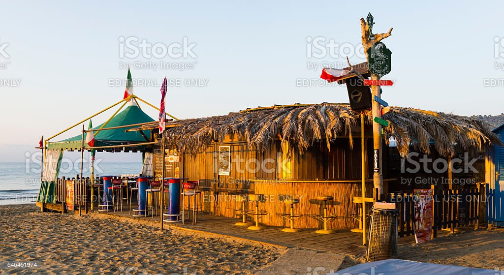 Coffee shop on the beach at sunrise - foto stock