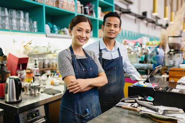 café-restaurant propriétaire couple petites entreprises malaisie - business malaysia photos et images de collection