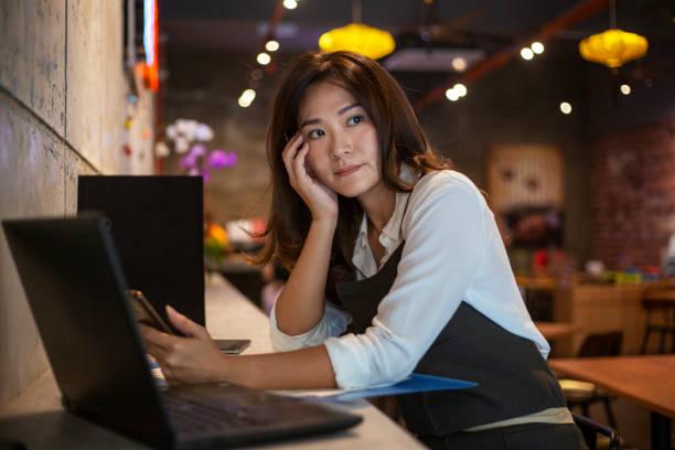 コーヒーショップのオーナーは彼女のビジネスを心配 - business malaysia ストックフォトと画像