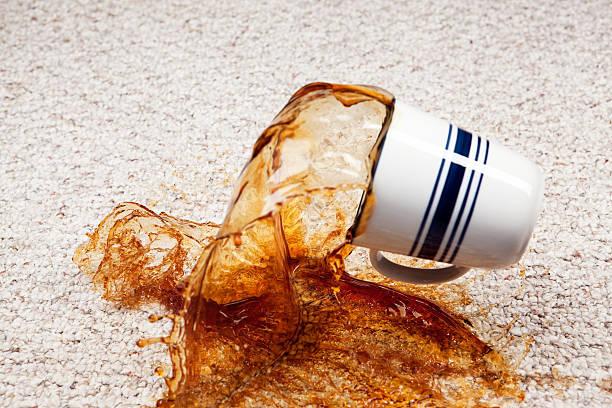 Spilling de xícara de café no carpete - foto de acervo