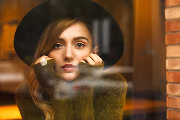 コーヒーの時間  - 秋のファッション ストックフォトと画像