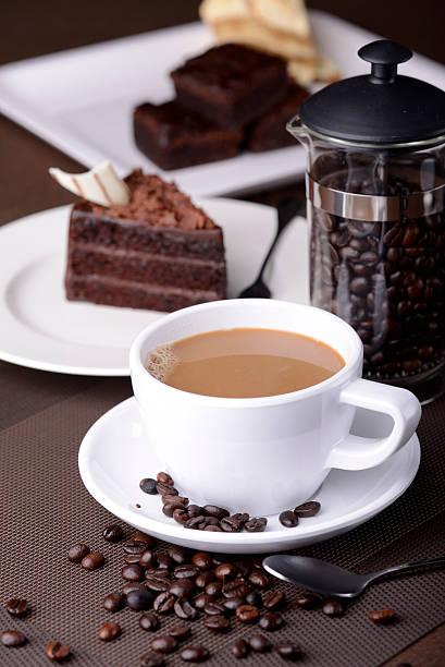 kaffee und kuchen - schokolade gebratene kuchen stock-fotos und bilder
