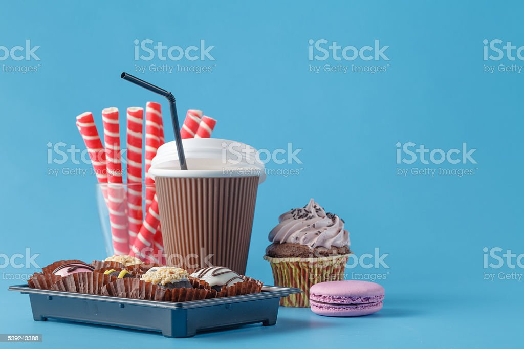 Coffee with cake served foto de stock libre de derechos