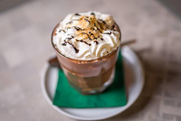 kaffee mit sahne - schokolikör stock-fotos und bilder