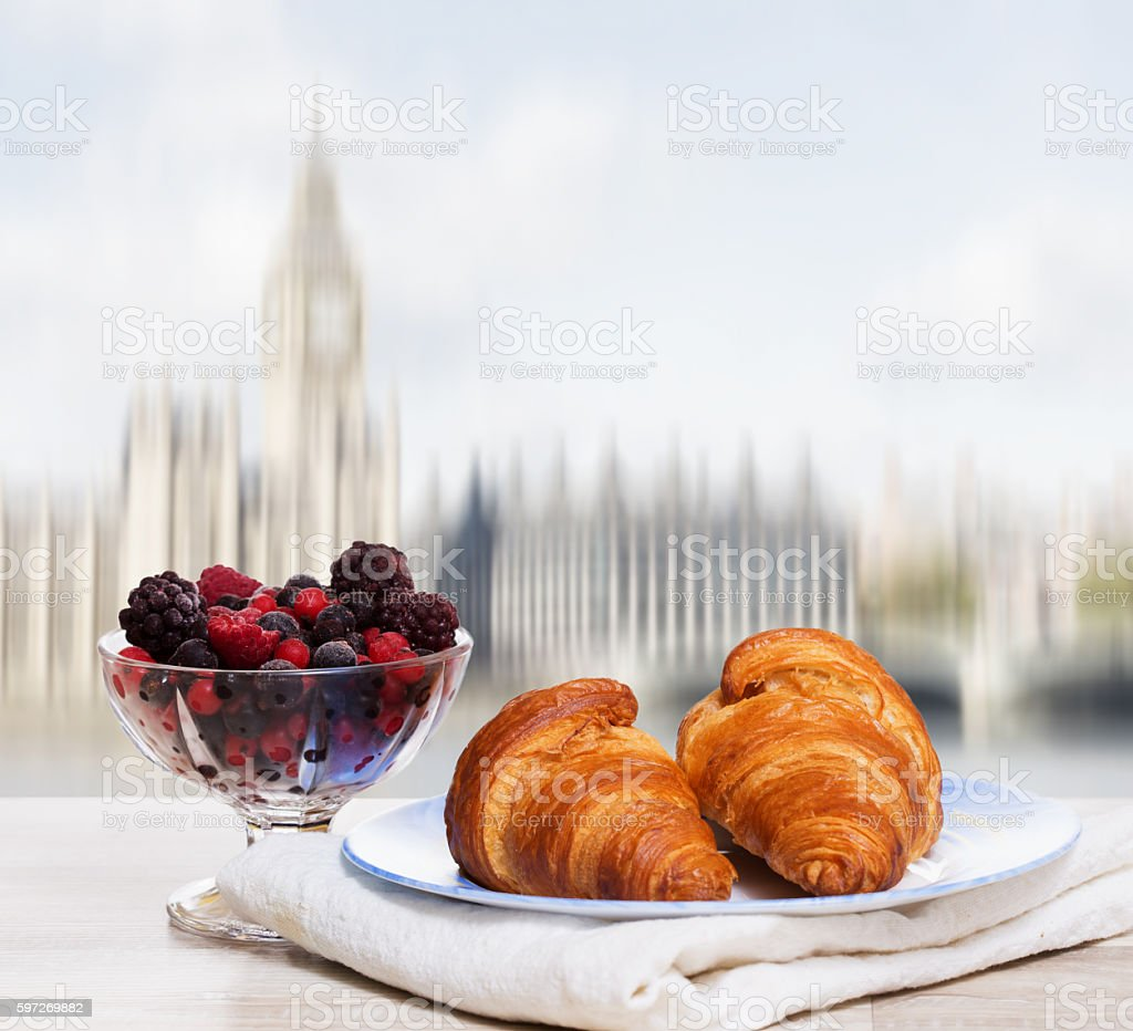 Coffee with croissants against London view photo libre de droits
