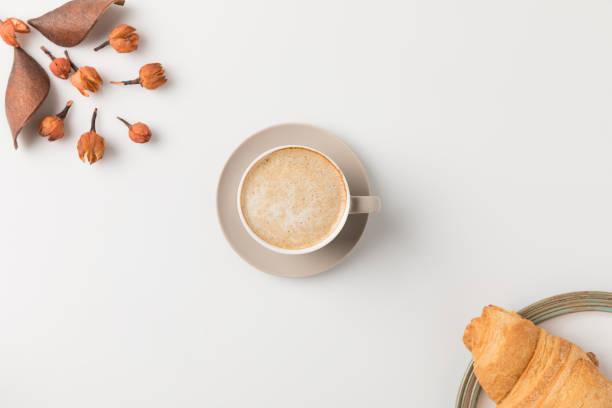kaffe med blommor och croisssant - coffe with death bildbanksfoton och bilder