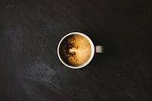 テーブルの上のミルクとコーヒー