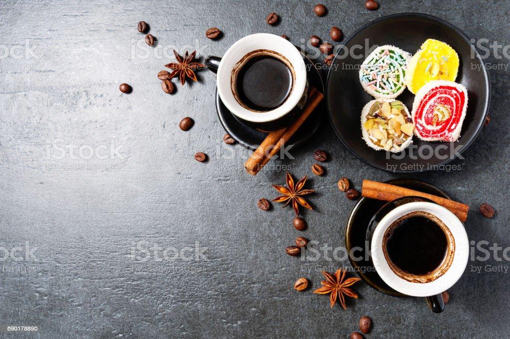 Kaffee mit türkische Süßigkeiten. Draufsicht mit textfreiraum für Ihren text – Foto