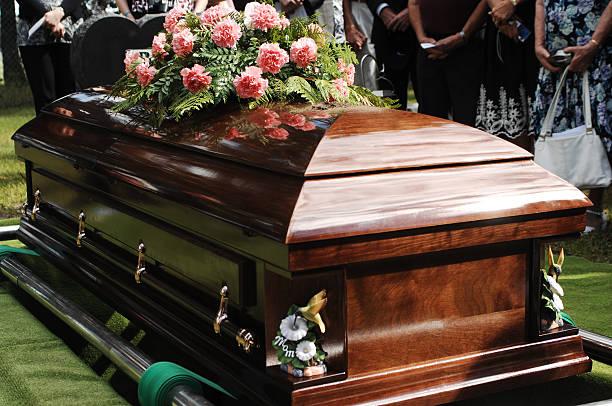 bara un corteo servizio in un cimitero - funerale foto e immagini stock