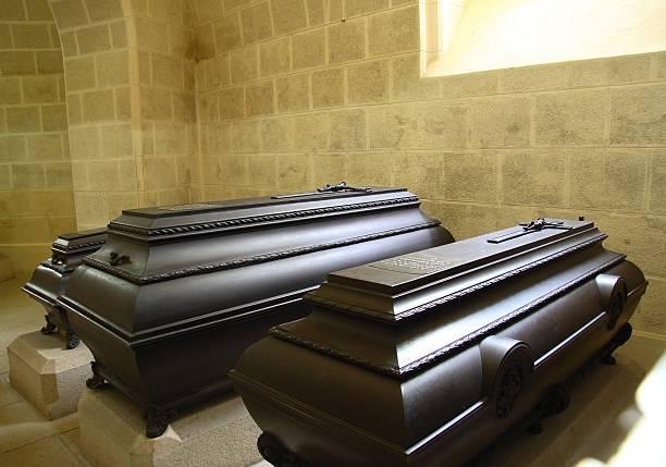 coffins in the mausoleum - mausoleum stockfoto's en -beelden