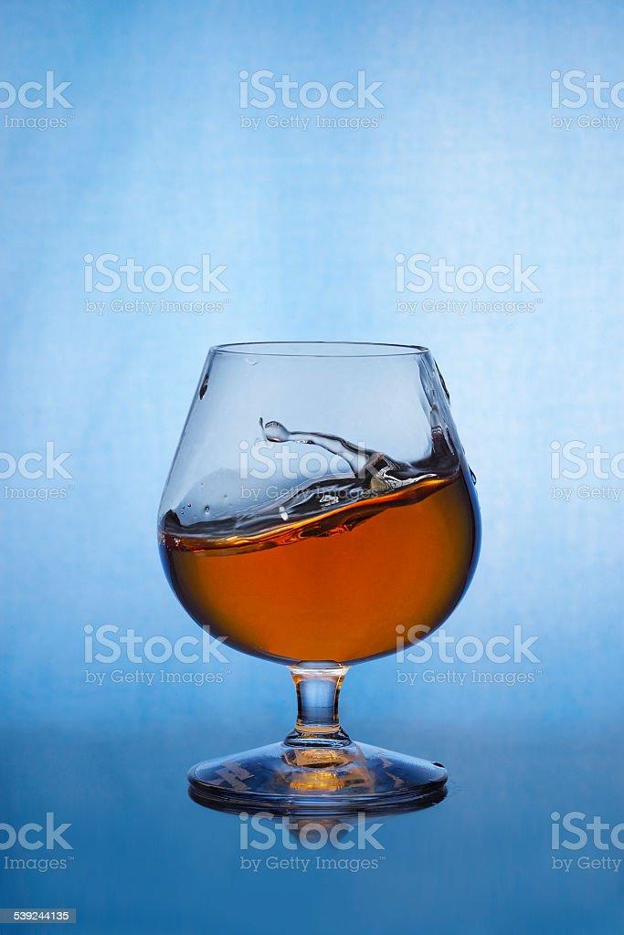 Coñac splash en vidrio foto de stock libre de derechos