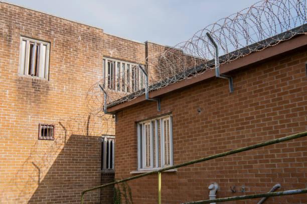 Gewickelter Stacheldraht auf dem Dach eines Gefängnisses. – Foto