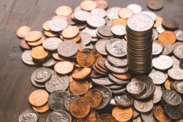 나무에 동전 배경 - 동전 뉴스 사진 이미지