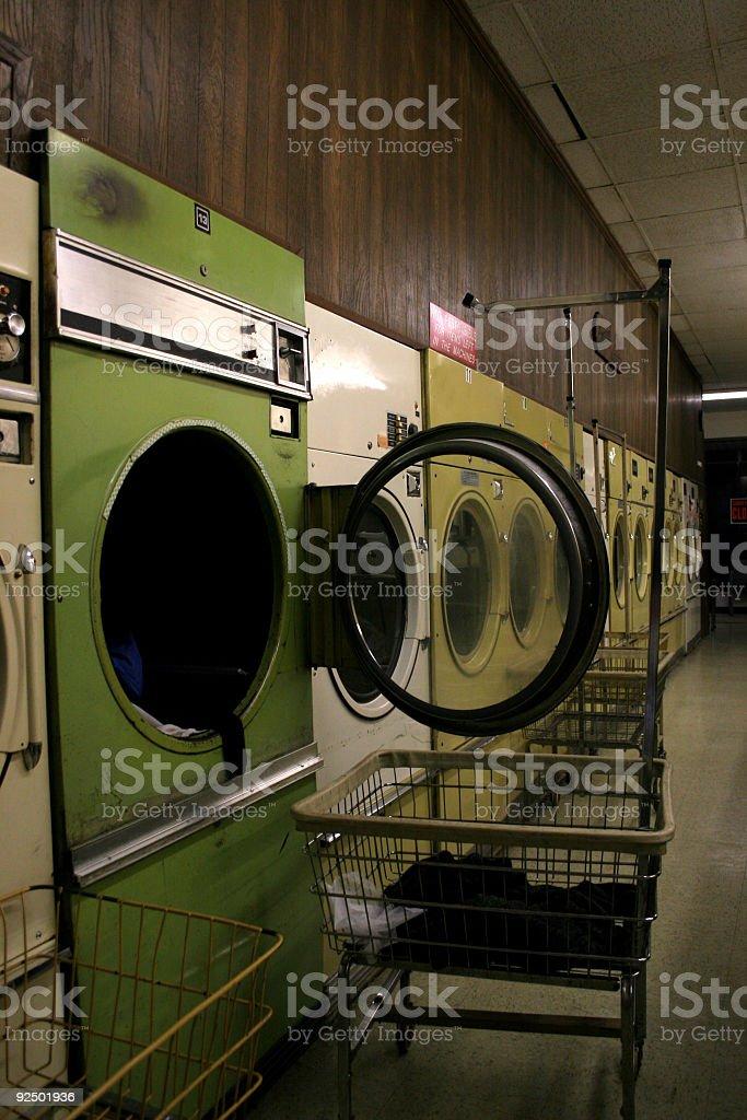 Münzbetriebene Waschmaschinen und Trockner. Lizenzfreies stock-foto