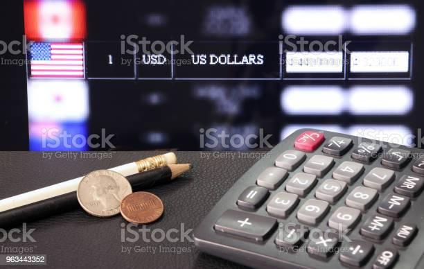 Moneta United Stage Of America Z Kalkulatorem I Ołówkiem Na Czarnej Podłodze Z Cyfrową Tablicą Wymiany Walut Tła - zdjęcia stockowe i więcej obrazów Białe tło