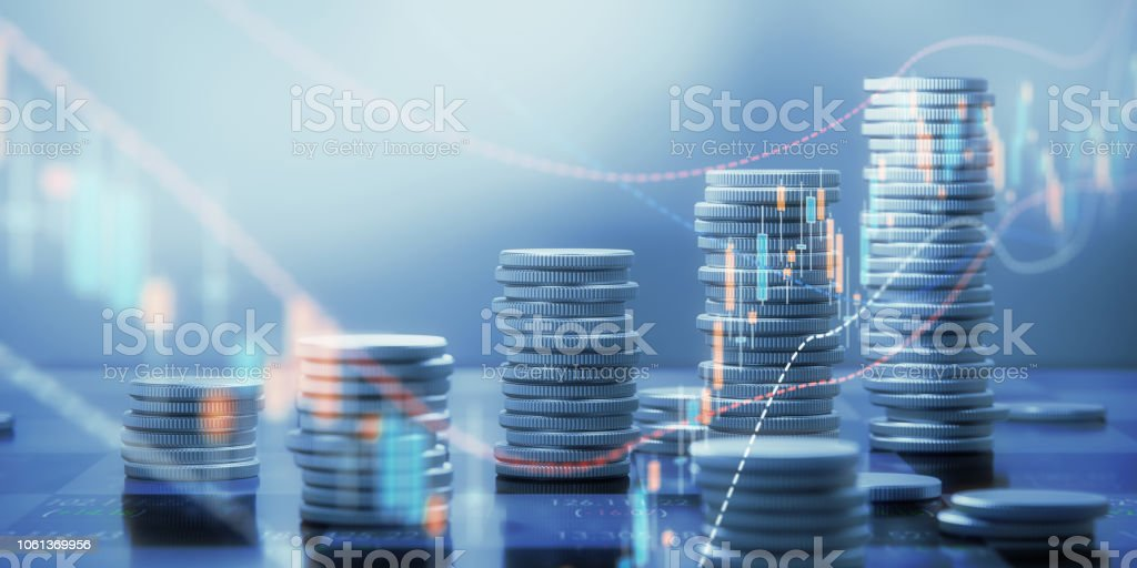 Coin Stacks And Chart Graphs On A Chessboard foto stock royalty-free