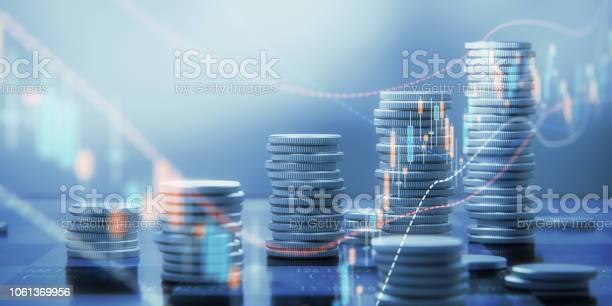 Münzestacks Und Chartgrafiken Auf Einem Schachbrett Stockfoto und mehr Bilder von Analysieren