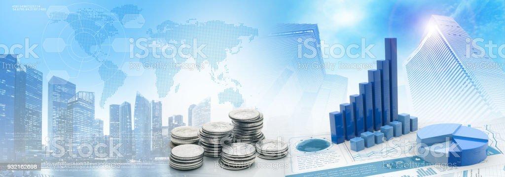 monedas y cartas en el fondo de paisaje azul - foto de stock