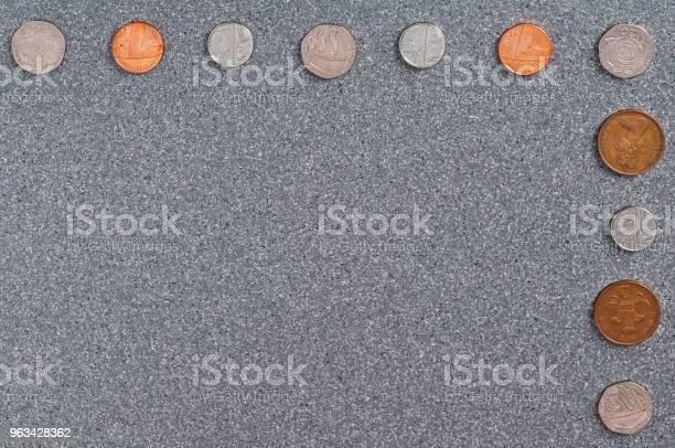 Monety Wielkiej Brytanii Na Tle Szarego Granitu - zdjęcia stockowe i więcej obrazów Bankowość
