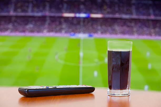 coca-cola-getränk, tv-fernbedienung auf einem tisch. vor fußball. - kostenlos tv stock-fotos und bilder