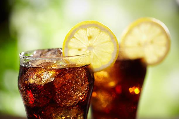 cola und zitrone - alkoholfreies getränk stock-fotos und bilder