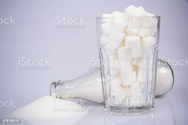 Colaflasche Mit Zucker Und Zucker Würfeldrei Stockfoto und mehr Bilder von Zucker