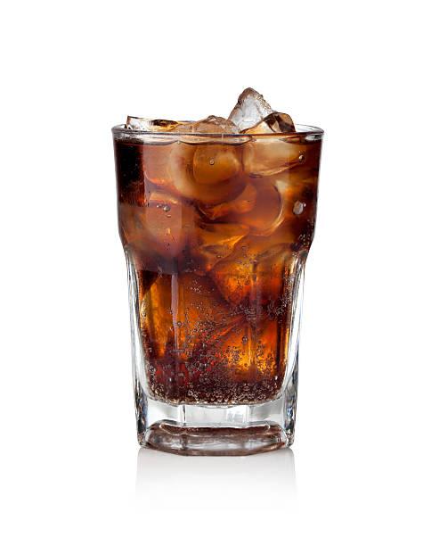 cola in glas mit eiswürfeln - alkoholfreies getränk stock-fotos und bilder