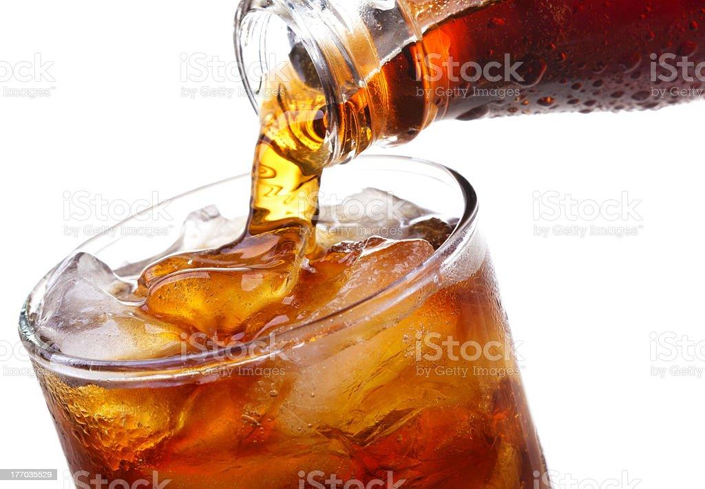 Gießen in Glas Cola ist - Lizenzfrei Cola Stock-Foto