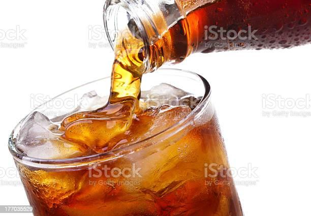Gießen In Glas Cola Ist Stockfoto und mehr Bilder von Cola