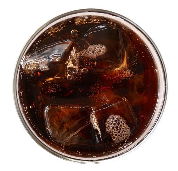 cola met ijsblokjes in glasplaat bekijken geïsoleerd op witte achtergrond, uitknippad opgenomen - cola stockfoto's en -beelden