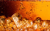 コーラに氷を入れます。 食品背景